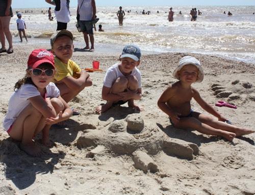 Дети на пляже Примпосад